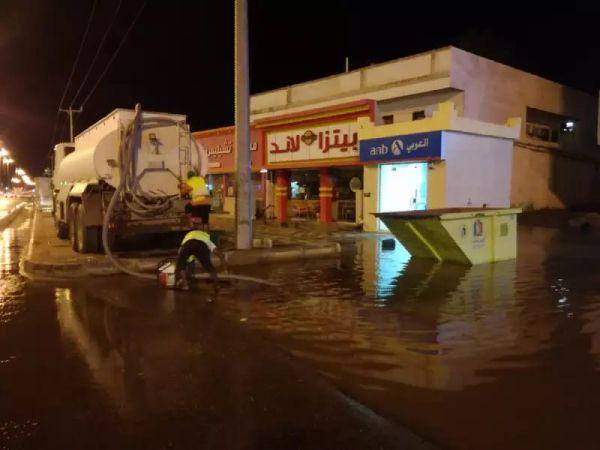 شوارع وسط #بارق تغرق وبلدية المُحافظة تعمل على نزح مياه الأمطار
