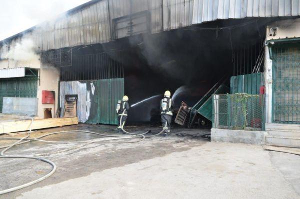 مدني الرياض يُخمد حريق ورشة نجارة بحي طويق دون وقوع إصابات
