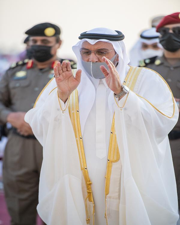 أمير القصيم يؤدي صلاة عيد الأضحى المبارك مع جموع المصلين