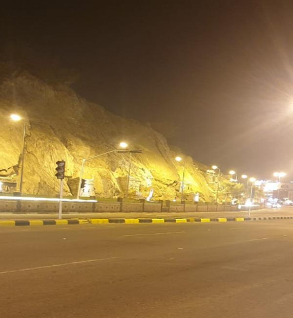 لجنة السلامة المرورية تُغلق تقاطع حيوي وسط بارق والأهالي يُطالبون بإعادة فتحه