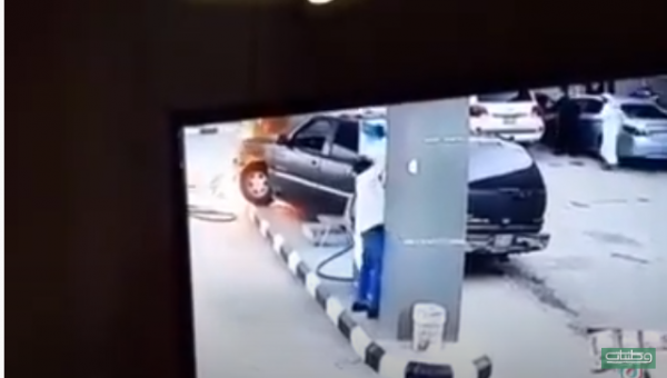 شاهد فيديو - امرأة تصطدم مركبتها بمحطة وقود في #السعودية