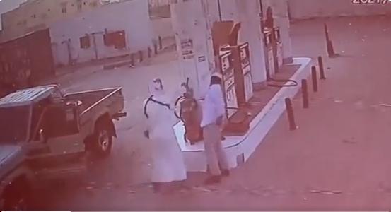 فيديو متداول قائد مركبة يُطلق النار على عامل محطة وقود