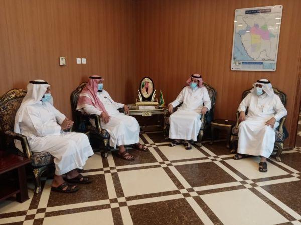 محافظ محايل يلتقي ممثل طالبي تأسيس جميعة النحالين بالمحافظة