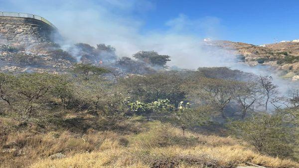 الدفاع المدني في أبها يُخمد حريق جبل العثربان