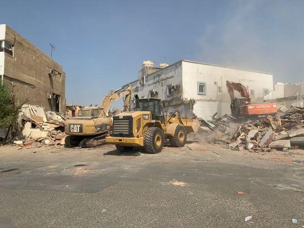 أمانة جدة تستأنف أعمال إزالة المباني العشوائية بـ غليل وبترومين
