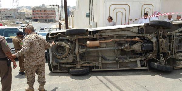 شاهد- حادث انقلاب ميكروباص طالبات بحي الموظفين بأبها يُخلف(3)إصابات
