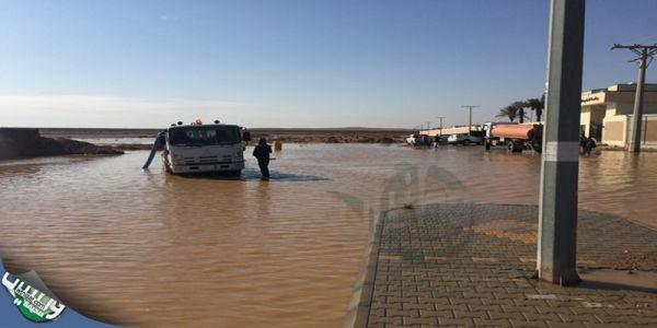 بالصور - طوارئ أمانة الحدود الشمالية تسحب مياة الأمطار من الشوارع العامة