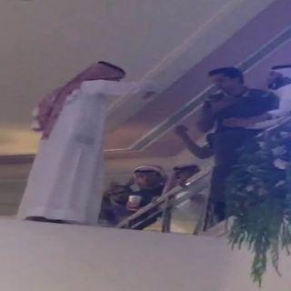 بالصور - رجل الامن يسيطر على مواطن خليجي هدد بالانتحار بمجمع تجاري بـ #الخبر