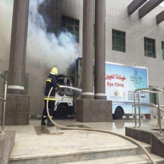 بالصور مدني #جازان يُخمد حريق مركبة امام بوابة مبنى إمارة المنطقة