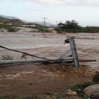 بالصور - السيول تسقط عمود كهرباء بقرى وادي بقرة وتعزل قراهم عن الكهرباء