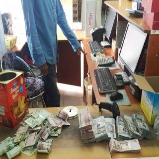 تجارة #الجوف تضبط عمالة آسيوية بأحد المراكز التجارية متهمين بتحويل مبالغ مالية للخارج