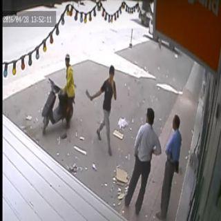 الإطاحة بوافد يمني ظهر في مقطع فيديو مستخدماً ساطور بشارع الغرابي لسلب العمالة