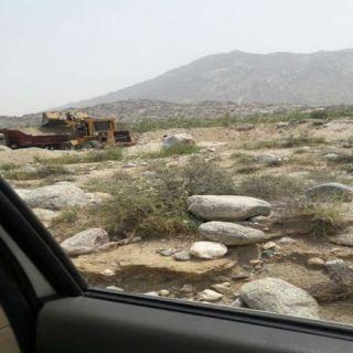بالصور - سرقة رمال وادي بقرة في وضح النهار يُثير استياء الأهالي