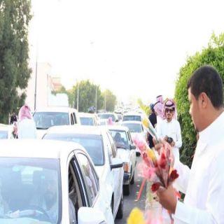"""""""شباب #الطائف"""" يستقبلون السياح بـ""""الورود"""" بالتعاون مع 7 جهات"""