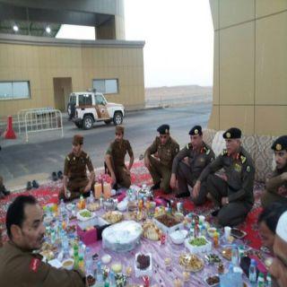 مُدير شرطة الحدود الشمالية يُشارك ضباط وافراد الضبط الأمني بمركز الرفاع وجبة الأفطار