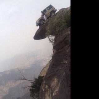 بالصور شاب مُتهور يعتلي قمة جبل صخري بـ #فيفا ومغردون يُحذرون