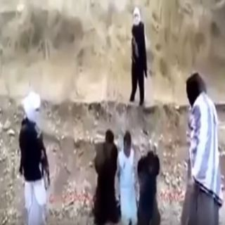 شاهد.. أسير شجاع يخطف سلاح داعشي قبل تنفيذ الإعدام به