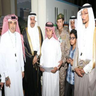 نيابة عن أمير منطقة عسير مُديرجامعة الملك خالد يُكرم عدد من الطلاب في مؤتمر جراحة السمنة