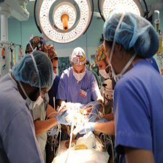أنهى الفريق الطبي السعودي عملية فصل السياميين السعوديين إلين وإيلان ونقلهما لسريرين منفصلين