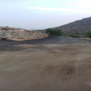 """مواطنو ثلوث المنظر بلدية #بارق سحبت مُعدات سفلتت طريق الفرعة و""""البارقي"""" يُرد"""
