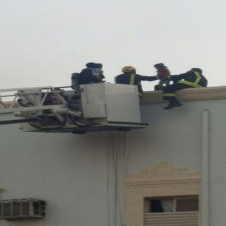 مدني #تبوك يُخلي عائلة من 8 أفراد بسبب التماس كهربائي في أحد البنايات