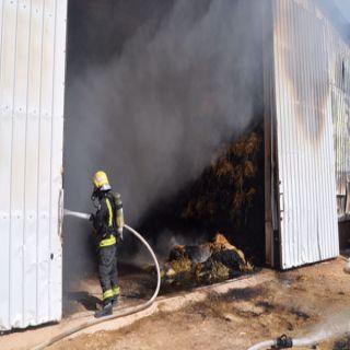 مدني #عنيزة يُخمد حريق مستودع أعلاف جنوب المُحافظة