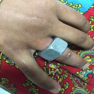 مدني #بريدة يُحرر إصبع طفل علقت داخل صامولة