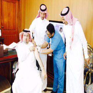 مُحافظ #محايل يُدشن حملة التطعيم ضد الأنفلوزا الموسمية ويبدأ بنفسه