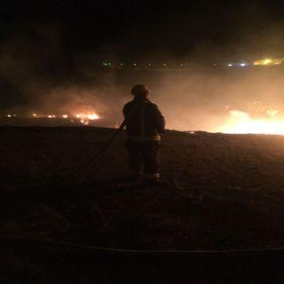 بالصور -مدني #الباحة يُخمد حريق اعشاب وحشائش بقرية بلخزرم وقرية عمضان