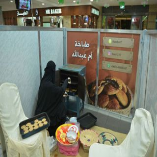 """٤٠٠ قرص كليجا يومياً تصنعها """" أم عبدالله """" لزوار مهرجان تمور القصيم بـ #الكويت"""