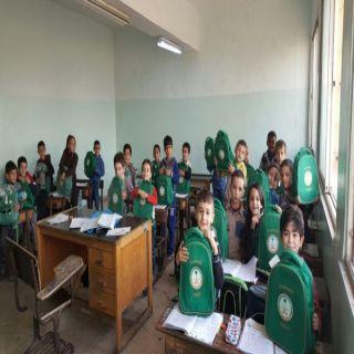 الحملة الوطنية السعودية توزع 1317 حقيبة مدرسية على أبناء اللاجئين السوريين في الأردن