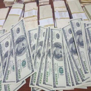 تحريات #القصيم تطيح بوافدٍ عربي متهم بتهريب وبيع عملاتٍ أجنبية .. بحوزته١٠٠٠٠ دولار