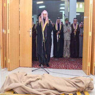 وكيل إمارة #القصيم يتقدم المصلين على جثمان الشهيد (سليمان الحربي) في قبه
