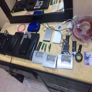 بالصور -شرطة #جدة تضبط 6 آسيويين بحوزتهم اجهزة قارئ صرافات آلية