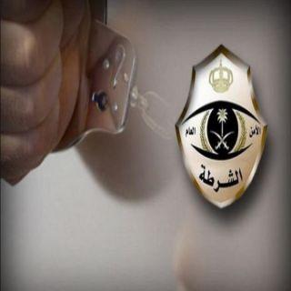 """قوة الضبط الميداني في الرياض توقع بشابين في ساعة متأخرة من الليل بحوزتهما""""200.000"""" ريال"""