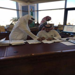 """أمين #عسير يوقع عقد تأجير لوحات دعائية بقيمة """"18,600"""" مليون ريال"""