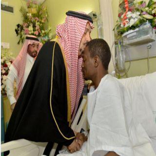 شاهد أمير #الرياض يُقبل رأس البطل #جبران_عواجي