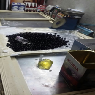 شرطة #الطائف تتحفظ على مُقيم يُشتبه انه خلط قاذورات بزيت زيتون
