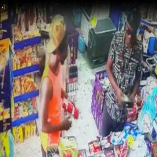 فيديو - شرطة جدة توقع بـ(4) أشخاص وإمرأة قاموا بسرقة أحد المحلات التجارية