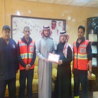 الهلال عرعر يكرم مواطن شارك في حادث أنقاذ مُصاب بحزم الجلاميد