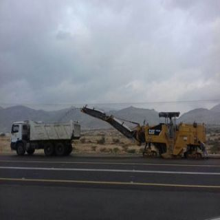 بالصور -مُعدات مُقاول طريق #محايل #بارق تُكشط وتُصلح الطريق امام جامعة الملك خالد