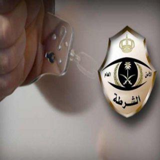 تحريات شرطة #جدة تضبط شخص انتحل صفة رجال الأمن لسلب المارة والأعتداء عليهم
