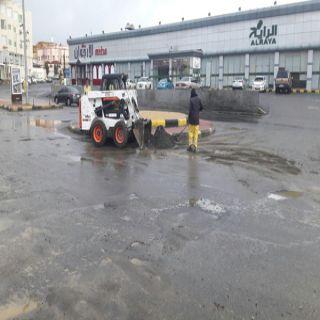 بالصور #أمانة_عسير تستكمل أعمال إزالة تجمعات المياه من مخلفات بأحياء أبها