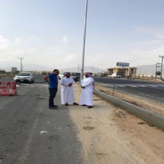 رئيس بلدية #بارق يرافقه رئيس قسم المشاريع يقفان على مشروع إنارة طريق الجامعة