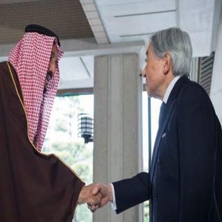 إمبراطور اليابان يستقبل الملك سلمان ويسلمه الوسام السامي
