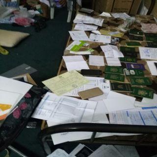 شرطة مكة توقع بوافد آسيوي بحوزته جوازات ووثائق وعملات مزورة