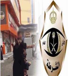 شرطة #مكة تضبط شاب سعودي ظهر في مقطع فيديو يضرب فتاة أمام المارة