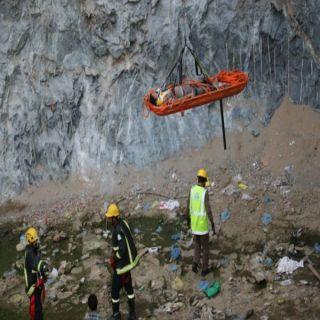 مدني مكة يُنقذ عامل سقط في حفرة مشروع قيد الإنشاء
