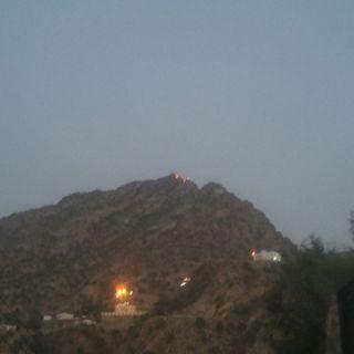 """مدني #بارق يُباشر حريق جبل أثرب و""""البناوي"""" يُتابع"""