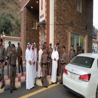 محافظ #المندق يُقدم وجبة الإفطار لعابري الطريق ويشارك رجال الامن وجبة الإفطار